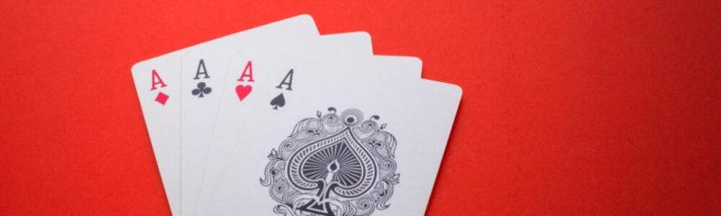 لعب لعبة ورق